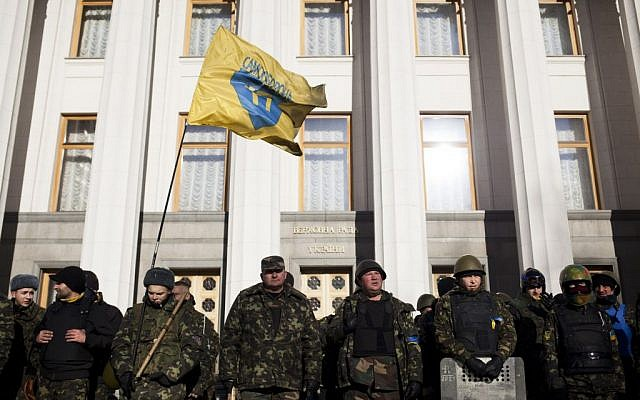 Self defense volunteers line up outside the Parliament in Kiev, Ukraine, Monday, March 17, 2014. (photo credit: AP Photo/David Azia)