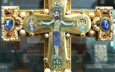 Close-up of a ornate cross found in the Guelph Treasure (photo credit: CC BY Wikipedia)