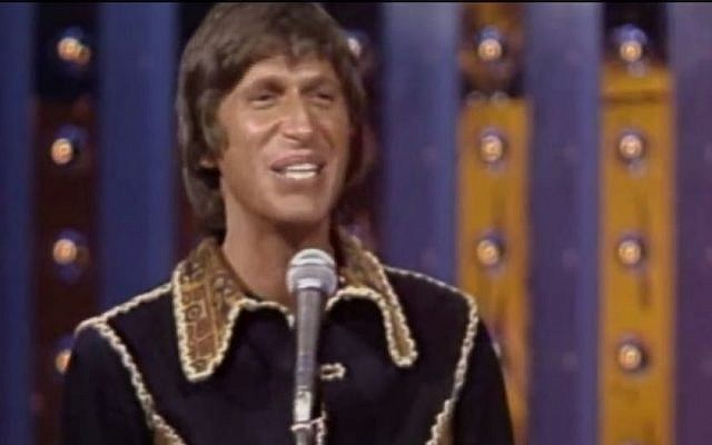 David Brenner performing standup comedy. (photo capture: YouTube)