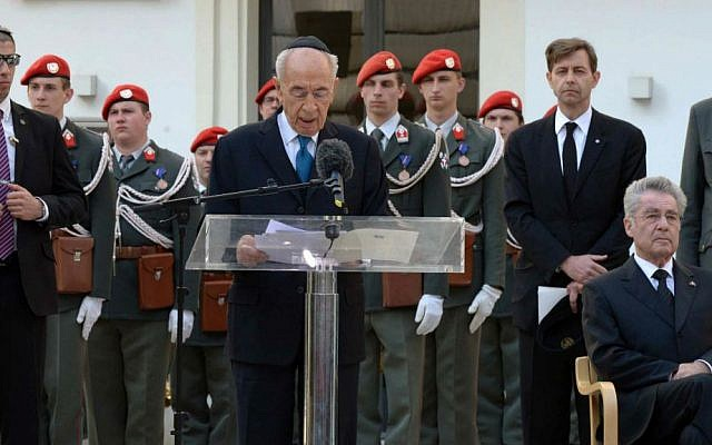 Israel's President Shimon Peres and Austrian President Heinz Fischer (R) pay respect to victims of the Holocaust, Vienna, Austria on March 30, 2014. (photo credit: Mark Neyman/GPO/Flash90)