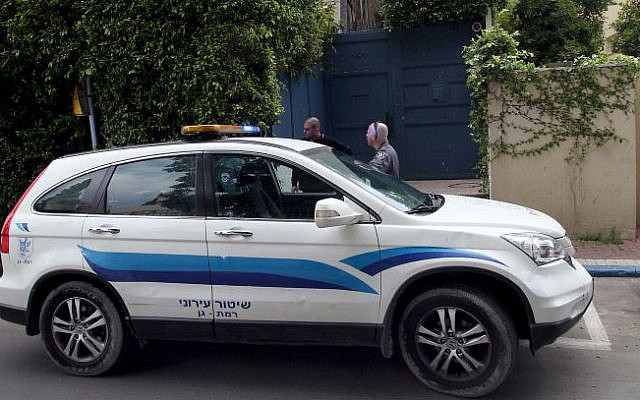 A police car outside the home of Energy and Water Minister Silvan Shalom on March 25, 2014 (photo credit: Gideon Markowicz/Flash90)