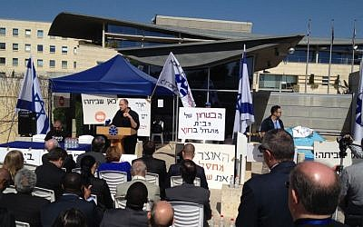 Workers Union chairman Yair Frommer speaking to foreign diplomats outside the Foreign Ministry in Jerusalem, on Monday, March 31, 2014. (photo credit: Raphael Ahren/Times of Israel)
