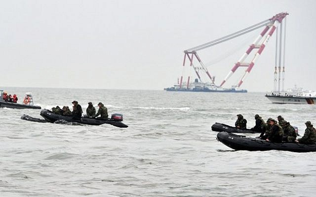 South Korean Navy rescue personnel search for missing passengers of a capsized ferry at sea off Jindo on April 19, 2014. (AFP PHOTO/JUNG YEON-JE)