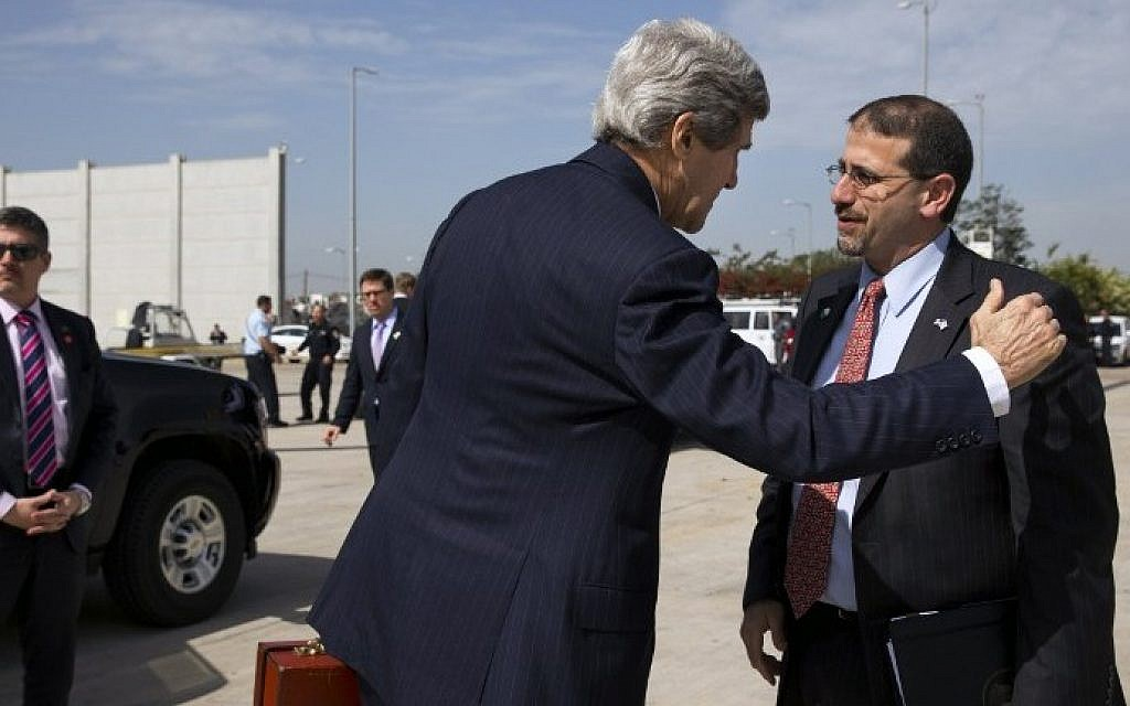 Then-US Secretary of State John Kerry (L) greets Then-US Ambassador to Israel Daniel Shapiro before boarding a plane while leaving Ben Gurion Airport after a meeting with Prime Minister Benjamin Netanyahu, Tuesday, April 1, 2014. (Jacquelyn Martin/AFP)