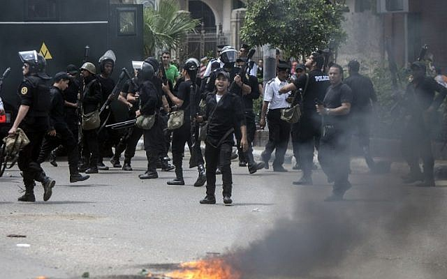 Egyptian riot police disperse students who support the Muslim Brotherhood and ousted Islamist president Mohamed Morsi, during clashes following a demonstration at the Cairo University on April 15, 2014. (AFP/Mahmoud Khaled/File)
