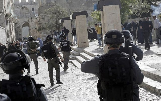 Israeli police clash with Palestinians outside the al-Aqsa mosque compound in the Old City of Jerusalem on Wednesday, April 16, 2014. (photo credit: AFP/Ahmad Gharabli)