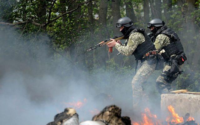 Ukrainian special forces take position at an abandoned roadblock in the eastern Ukrainian city of Slavyansk on April 24, 2014.  (photo credit: AFP/KIRILL KUDRYAVTSEV)