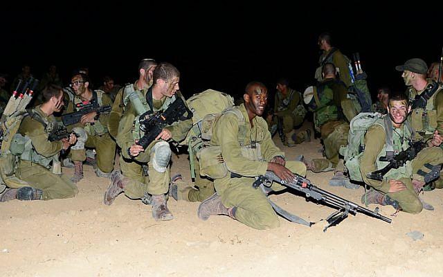 A Nahal Brigade beret march en route to Massada (photo credit: Alexi Rosenfeld/ IDF Spokesperson's Unit)