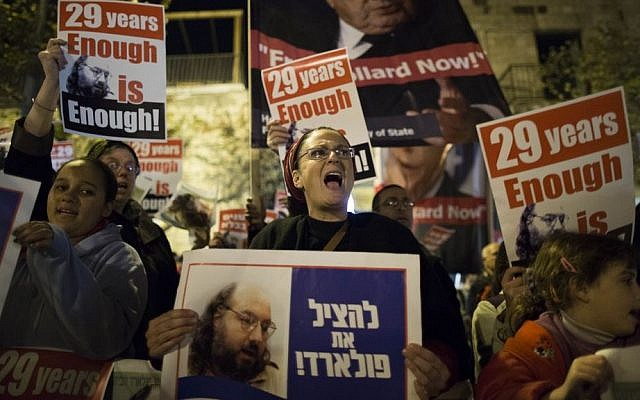 Israeli protesters call for the release of Jonathan Pollard during a protest in Jerusalem on January 2, 2014, outside the hotel where US Secretary of State John Kerry was staying during one of his visits to the region. (photo credit: Yonatan Sindel/Flash90)