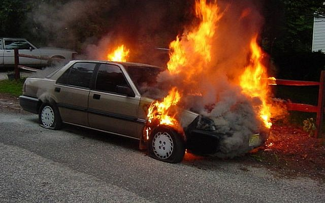 A car on fire (illustrative photo: Shah rukh khan/Wikimedia Commons/public domain)