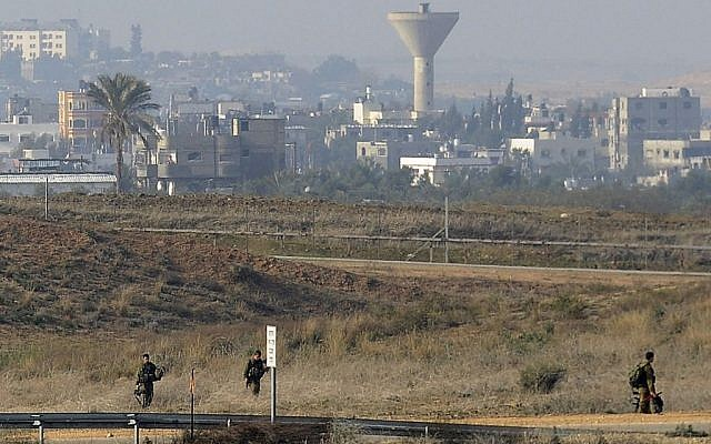 Israeli soldiers patrol the Gaza border, January 3, 2014. (photo credit: David Buimovitch/Flash90/File)