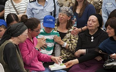 The funeral of Baruch Mizrahi, 47, who was shot while driving on a road near Hebron in the West Bank on Passover eve, at the Mount Herzl cemetery in Jerusalem on April 16, 2014. His widow Hadas is at center (Photo credit: Yonatan Sindel/Flash90)