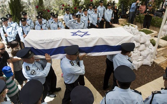 Israeli police officers carry the coffin of Baruch Mizrahi, during the funeral at the military cemetery of Mount Herzl in Jerusalem on April 16, 2014. Mizrahi was shot dead in a terror attack on 14 April near the West Bank city of Hebron. (Photo credit: Yonatan Sindel/Flash90)