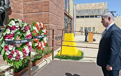 Prime Minister Benjamin Netanyahu lays a wreath of flowers during the official state ceremony for the national Holocaust Remembrance Day at the Holocaust Museum Yad Vashem, on April 27, 2014. (photo credit: Haim Zach/GPO/Flash 90)