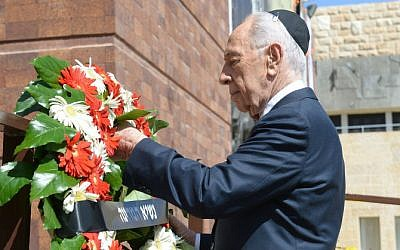 President Shimon Peres lays a wreath of flowers during the official State ceremony for the national Holocaust Remembrance Day at the Holocaust Museum Yad VaShem, on Monday, April 27, 2014. (photo credit: Haim Zach/GPO/Flash 90)