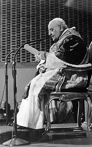 Pope John XXIII delivers a message to the world appealing for peace. (photo credit: Keystone/Getty Images/JTA)