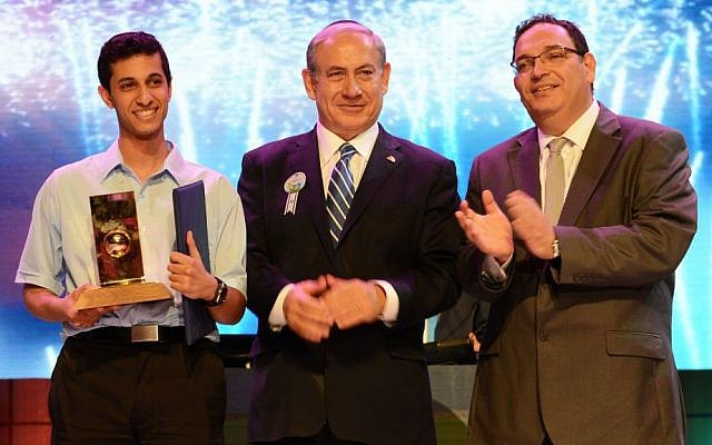 Eitan Amos (L), winner of the 2014 Bible Quiz, poses with Prime Minister Benjamin Netanyahu and Education Minister Shai Piron. (photo credit: GPO)