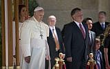 Pope Francis (2nd-L) is greeted by Jordan's King Abdullah II (R) and his wife Queen Rania (L) at the Royal Palace in Amman on Saturday, May 24, 2014. (Andrew Medichini/AFP)