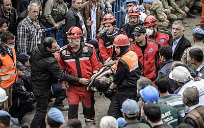 Rescuers carry out a dead miner on May 14, 2014 after an explosion and fire in a coal mine in the western Turkish province of Manisa. (photo credit: AFP PHOTO/BULENT KILIC)
