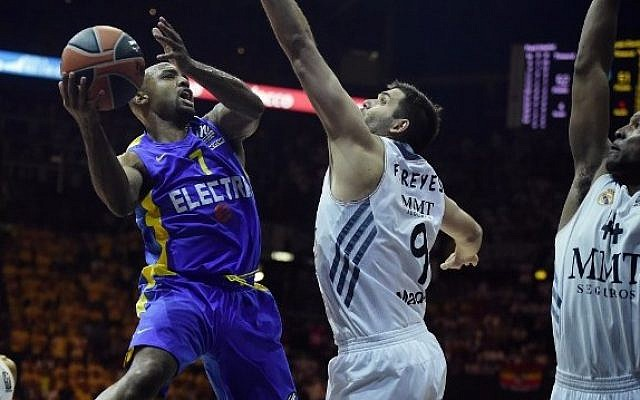 Maccabi Tel Aviv's US guard Tyrese Rice (C) vies with Real Madrid's guard Sergio Llull (Center L) during their Euroleague 2014 3rd place Final Four basketball game, on May 18, 2014, at the Mediolanum stadium in Assago, Italy. (photo credit: Olivier Morin/AFP)