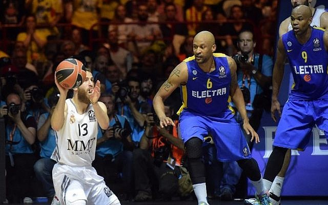 Real Madrid's guard Sergio Rodriguez (L) vies for the ball with Maccabi Tel Aviv's US guard Devin Smith (C) during their Euroleague 2014 Gold medal Final Four basketball game on May 18, 2014 at the Mediolanum stadium in Assago. (photo credit: Olivier Morin/AFP)