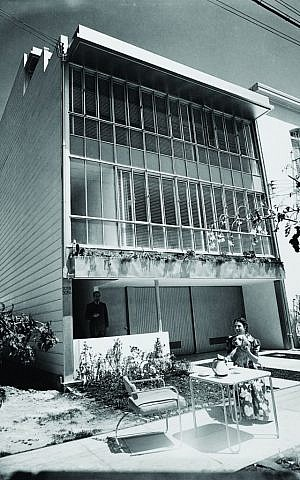 Julius Shulman, Schiff Apartment Duplex designed by Richard Neutra (San Francisco, California). © J. Paul Getty Trust. Used with permission. Julius Shulman Photography Archive, Research Library at the Getty Research Institute.