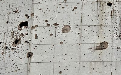 Close of of the old Holiday Inn in Beirut walls. (photo credit: CC BY Francisco Anzola/Flickr)