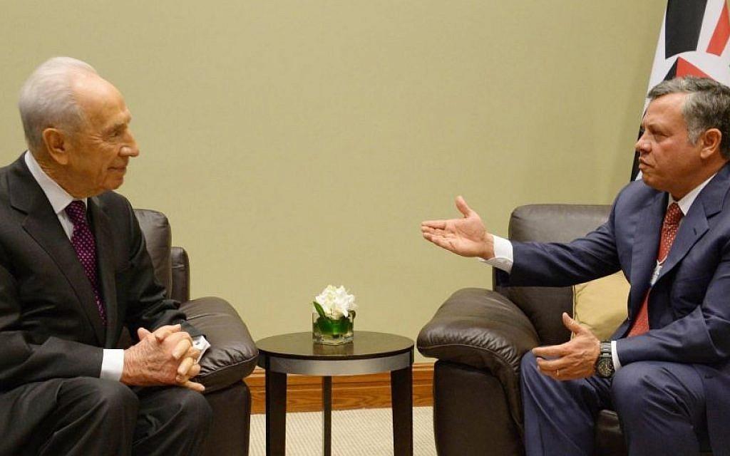 Then-president Shimon Peres meets with King Abdullah II of Jordan at the World Economic Forum in Amman, Jordan, on May 26, 2013. (Mark Neyman/GPO/Flash90)