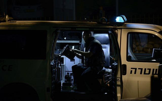 Illustration:  Bomb squad police unit checking a suspicious object, April 27, 2014. (photo credit: Tomer Neuberg/Flash90)