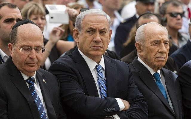 Prime Minister Benjamin Netanyahu (center), with Defense Minister Moshe Ya'alon (left), and  Shimon Peres at an event on April 30, 2014. (photo credit: (David Vaaknini/Flash 90/Pool)
