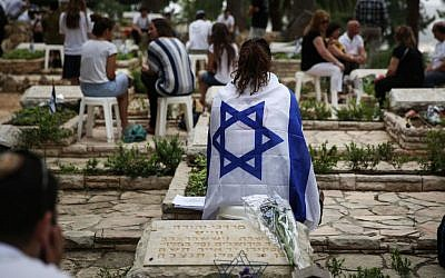 Israeli soldiers and bereaved families visit graves of fallen soldiers at Mount Herzl military cemetery in Jerusalem, May 05, 2014. (Photo credit: Hadas Parush/Flash90)