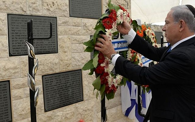 Benjamin Netanyahu laying a wreath at Mount Herzl on Monday, May 5, 2014. (photo credit: Kobi Gideon/GPO/Flash 90.)