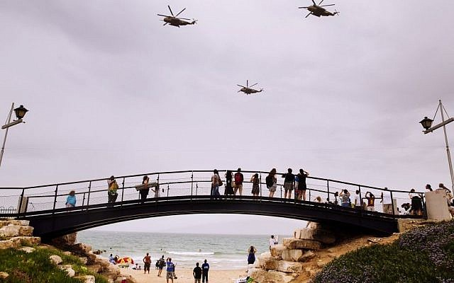 Israelis gather on the beach in Tel Aviv to watch a military show marking Israeli Independence Day on May 6, 2014. (photo credit: Matanya Tausig/Flash90)