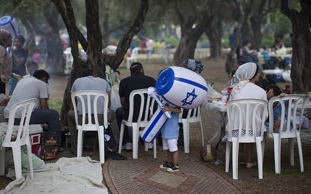 Israelis celebrate Independence Day in Jerusalem's Sacher Park, Tuesday, May 6, 2014. (photo credit: Yonatan Sindel/Flash90)