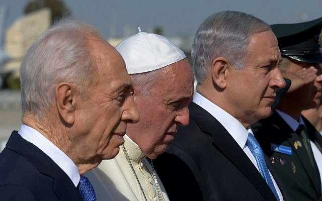 Shimon Peres, left, and Prime Minister Benjamin Netanyahu, right, flank Pope Francis on the red carpet at a welcoming ceremony at Ben Gurion international airport on May 25, 2014. photo credit: Photo by Avi Ohayon/GPO/Flash90)
