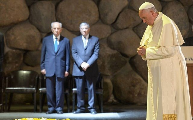 Pope Francis pauses after laying a wreath of flowers in the Hall of Remembrance at the Yad Vashem Holocaust Memorial Museum in Jerusalem on May 26, 2014. (Amos Ben Gershom/GPO/Flash90)