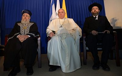 Pope Francis seen with Sephardi Chief Rabbi Yitzhak Yosef (L) and Ashkenazi Chief Rabbi David Lau in Jerusalem on May 26, 2014 (photo credit: Haim Zach/GPO/FLASH90)