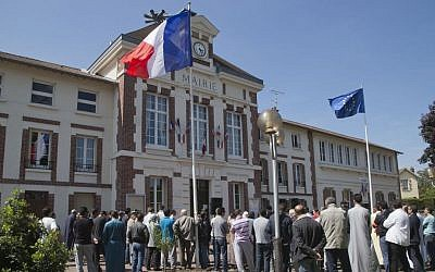 Demonstrators gather outside the town hall in Mantes la Ville, north west of Paris, on Friday, May 16, 2014, in protest of the ban of a new mosque. (photo credit: AP Photo/Michel Euler)