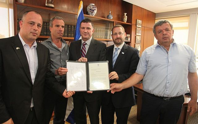 Knesset Speaker Yuli Edelstein (C) holds letter calling for Jonathan Pollard's release, alongside MKs Hilik Bar (L), Elazar Stern (SL), Dov Lipman (SR), Zvulun Kalfa (R) (photo credit: Knesset spokesperson's office)