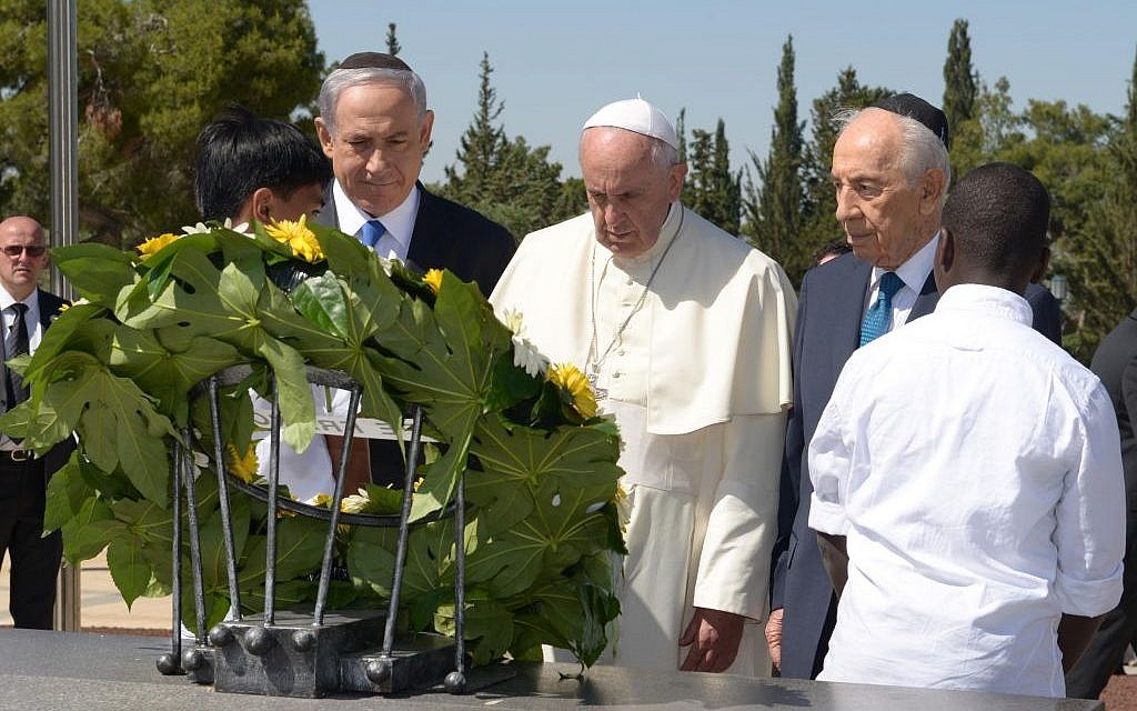 Pope Francis lays a wreath on the grave of Zionist visionary Theodor Herzl, Monday, May 26, 2014 (photo credit: Mark Neuman, GPO)