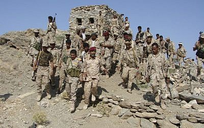 File photo: Yemeni troops gather as they take positions at the frontline of fighting with al-Qaeda militants in the southeastern province of Shabwa, Yemen, 2014 (AP/Yemen's Defense Ministry)