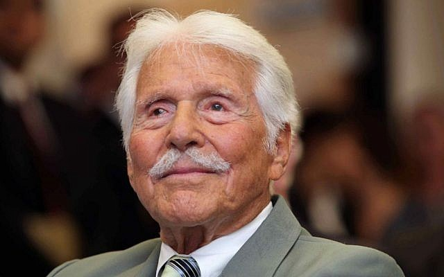 Actor Efrem Zimbalist Jr, watches during a ceremony honoring him by the FBI at the Federal building in Los Angeles in this June 8, 2009 file photo. (AP Photo/Nick Ut, File)