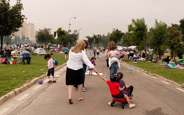 Families flock to Jerusalem's Sacher Park as they celebrate Israel's 66th Independence Day, Tuesday, May 6, 2014. (photo credit: Yifa Yaakov/The Times of Israel)