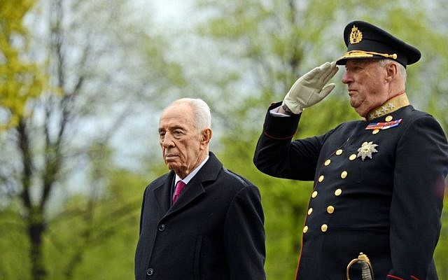 President Shimon Peres and King Harald V of Norway review an honor guard in Oslo, Norway, Tuesday May 12, 2014 99)