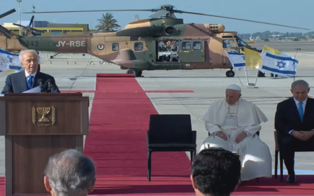 President Shimon Peres addresses Pope Francis at Ben Gurion International Airport. (screen capture: GPO)
