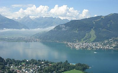 The lakeside resort town of Zell am See, in the Austrian state of Salzburg. (photo credit: Bestzeller/Wikipedia/public domain)