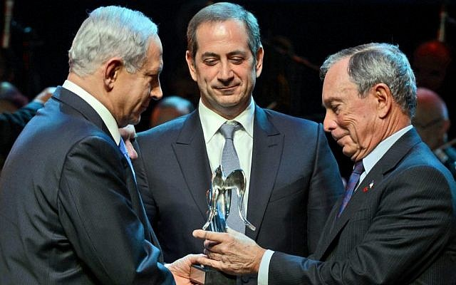 Michael Bloomberg, right, receives the Genesis Prize from Israeli Prime Minister Benjamin Netanyahu as Genesis Prize Chairman Stan Polovets looks on, May 22, 2014. (photo credit: Haim Zach/GPO/Flash90)