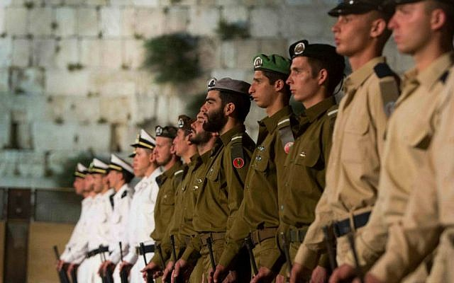 Israeli soldiers stand at attention during a Memorial Day ceremony for Israel's  fallen soldiers at the Western Wall, May 4, 2014. (photo credit: Yonatan Sindel/Flash 90)