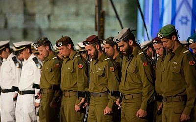 Israeli soldiers stand at attention and bow their heads during a Memorial Day ceremony for Israel's  fallen soldiers at the Western Wall, May 4, 2014. (photo credit: Yonatan Sindel/Flash 90)