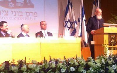 Lifetime achievement award winner Prof. Shimon Glick speaks at Thursday May 15, 2014's Nefesh b'Nefesh Bonei Zion prize ceremony in the Knesset (photo credit: ToI staff)